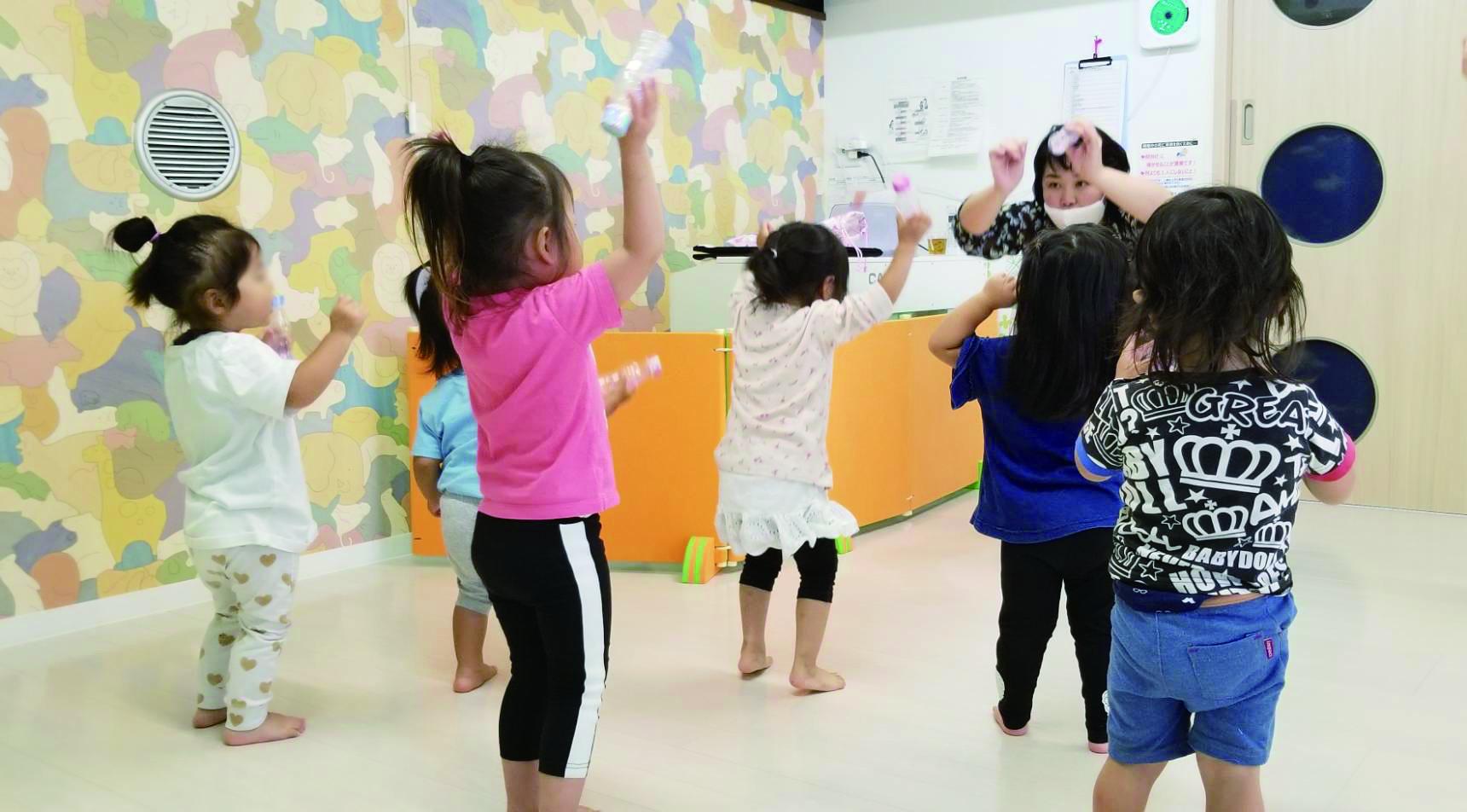 専門の講師を招いてリトミックや英語学習! 楽しみながら体を動かし、学べる保育園です!