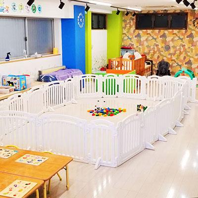 清潔で広々とした保育室